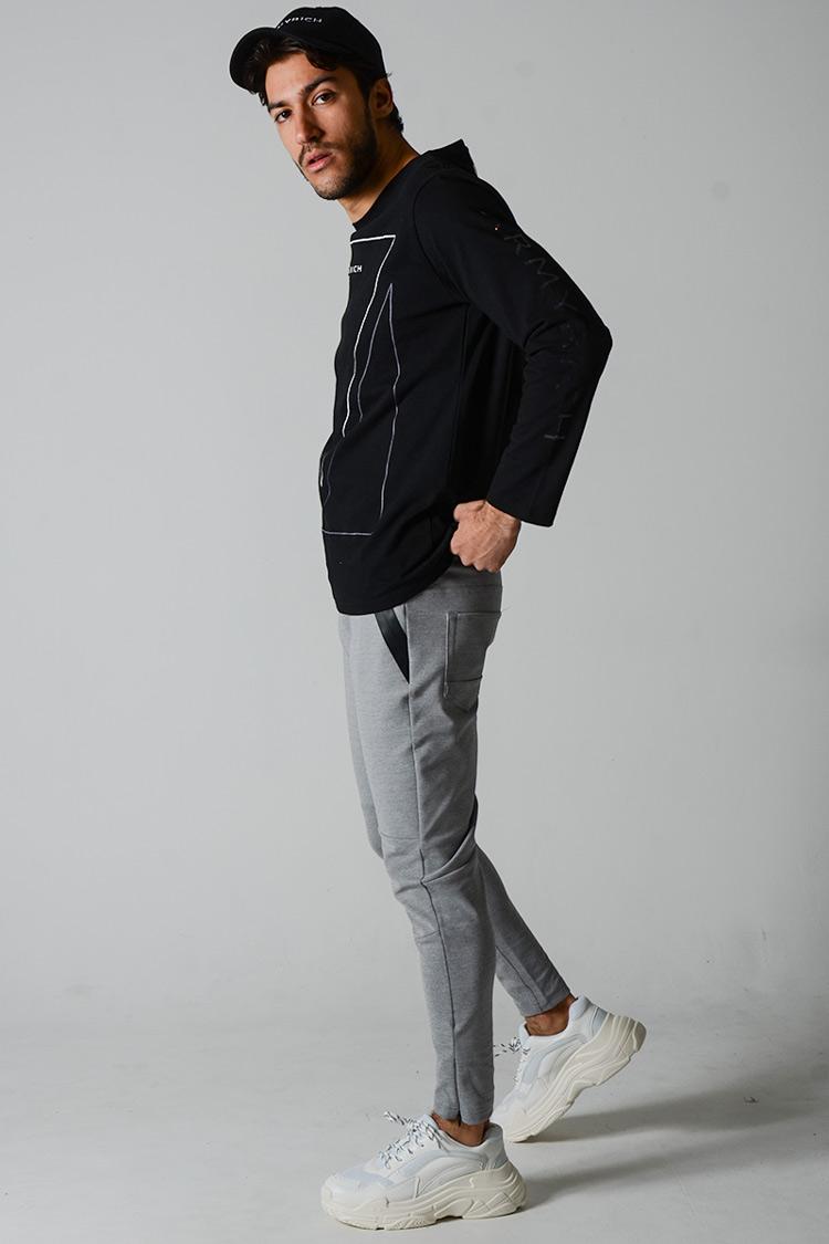 エンボスロゴTシャツ×ジャージパンツ